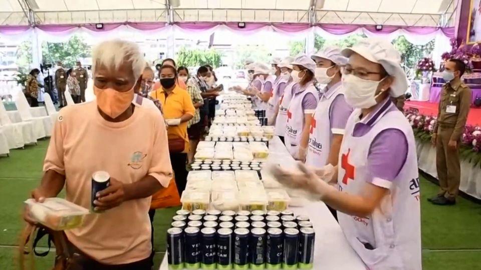 ครัวพระราชทาน อุปนายิกาผู้อำนวยการสภากาชาดไทย ประกอบอาหารพระราชทานมอบแก่ประชาชนที่ได้รับผลกระทบจากสถานการณ์การแพร่ระบาดของโรคโควิด-19 ที่จังหวัดนครราชสีมา
