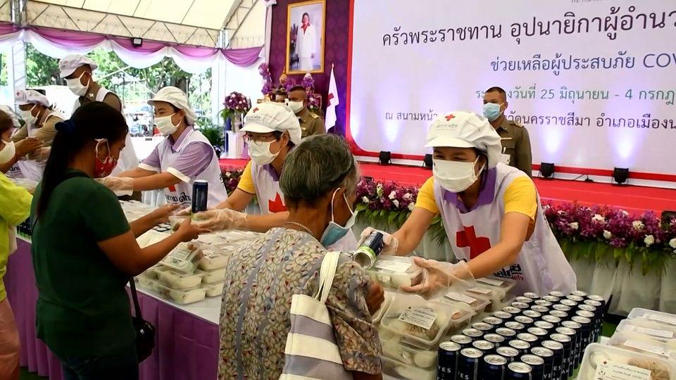 ครัวพระราชทาน อุปนายิกาผู้อำนวยการสภากาชาดไทย ประกอบอาหารแจกจ่ายให้กับประชาชนในพื้นที่จังหวัดนครราชสีมา เป็นวันที่ 5