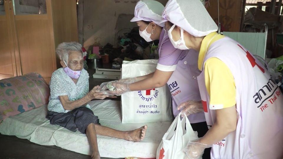 ครัวพระราชทาน อุปนายิกาผู้อำนวยการสภากาชาดไทย ประกอบอาหารแจกจ่ายให้กับประชาชนในพื้นที่จังหวัดนครราชสีมา เป็นวันที่ 6