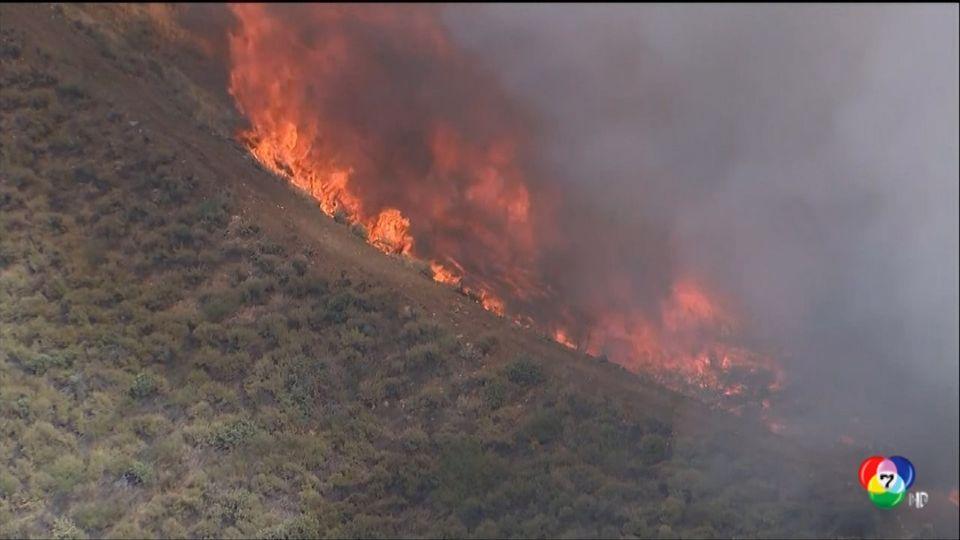 ไฟป่าลุกลามเข้าใกล้ทางหลวงในสหรัฐฯ