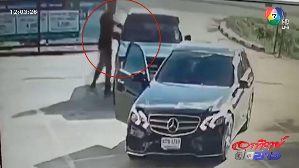 เร่งล่าตัวหนุ่มขับรถหรู ชกชายสูงวัย บังคับให้กราบแม่