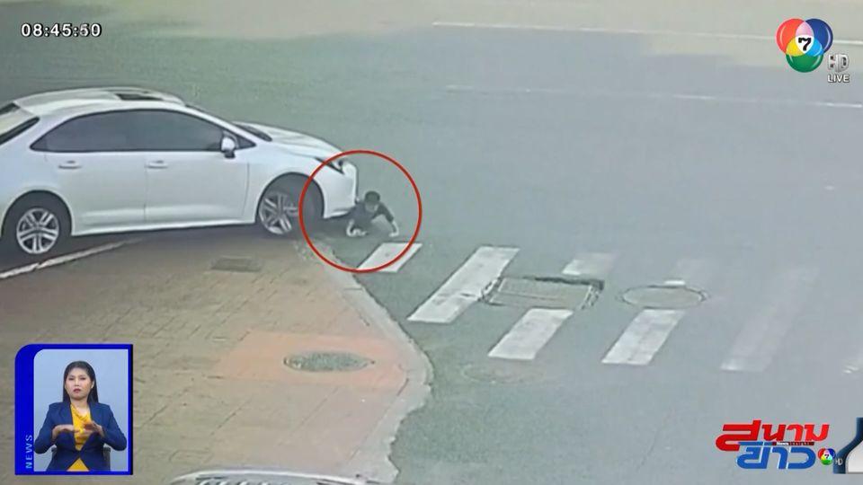 ภาพเป็นข่าว : อุทาหรณ์! เด็กชายนั่งเล่นริมถนน รถยนต์มองไม่เห็นทับร่าง