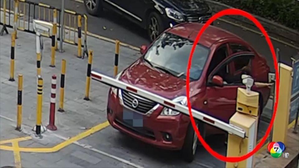 พลเมืองดีเร่งช่วยหญิงชาวจีนติดประตูรถยนต์ตัวเอง