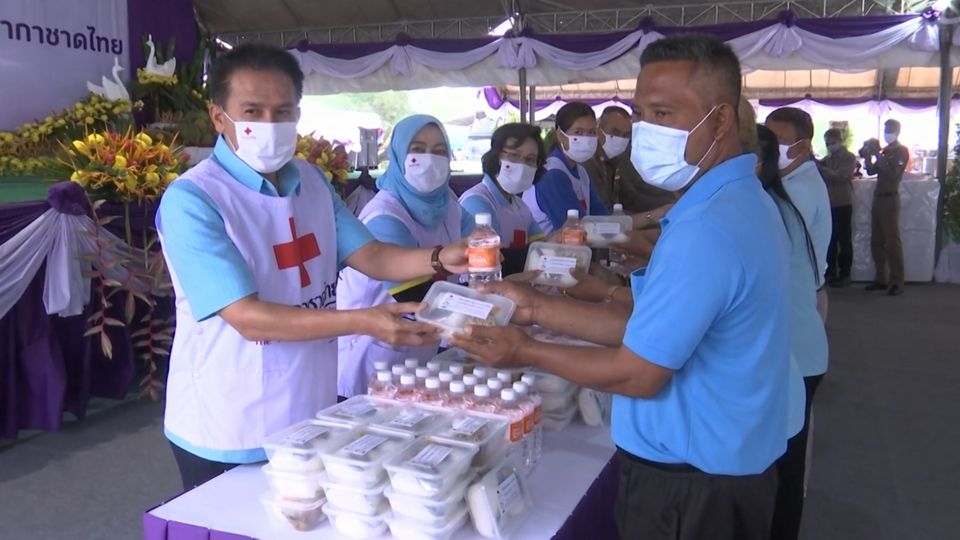 ครัวพระราชทาน อุปนายิกาผู้อำนวยการสภากาชาดไทย จังหวัดนราธิวาส มอบอาหารให้แก่ประชาชนที่ได้รับผลกระทบจากการแพร่ระบาดของโรคโควิด-19