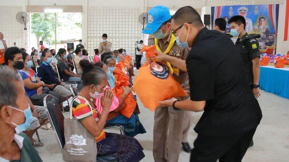 มูลนิธิอาสาเพื่อนพึ่ง ภาฯ ยามยาก สภากาชาดไทย เชิญถุงยังชีพพระราชทานไปมอบแก่ราษฎรที่ประสบอุทกภัย ในพื้นที่จังหวัดอุดรธานี