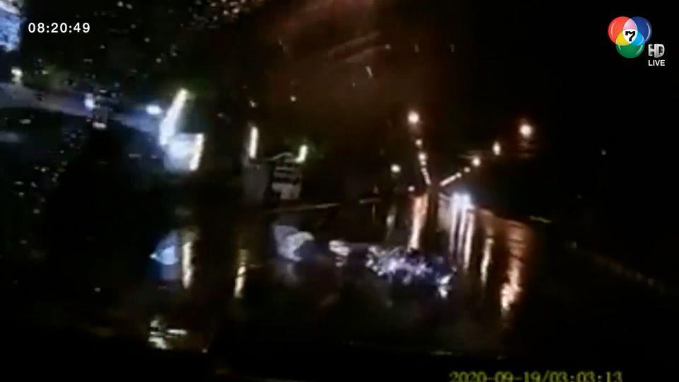 ภาพเป็นข่าว : อุทาหรณ์เมาแล้วขี่! จยย.ชนท้ายกระบะล้มขวางถนน เคราะห์ดีรถเบรกทัน หวิดทับซ้ำ