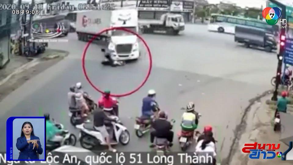 ภาพเป็นข่าว : จยย.แทรกตัดหน้ารถพ่วง โดนทับดับคาที่
