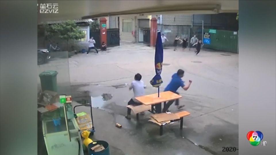 ผนังอาคารสูง 5 ชั้น พังถล่มในจีน ผู้คนวิ่งหนีตายอลหม่าน