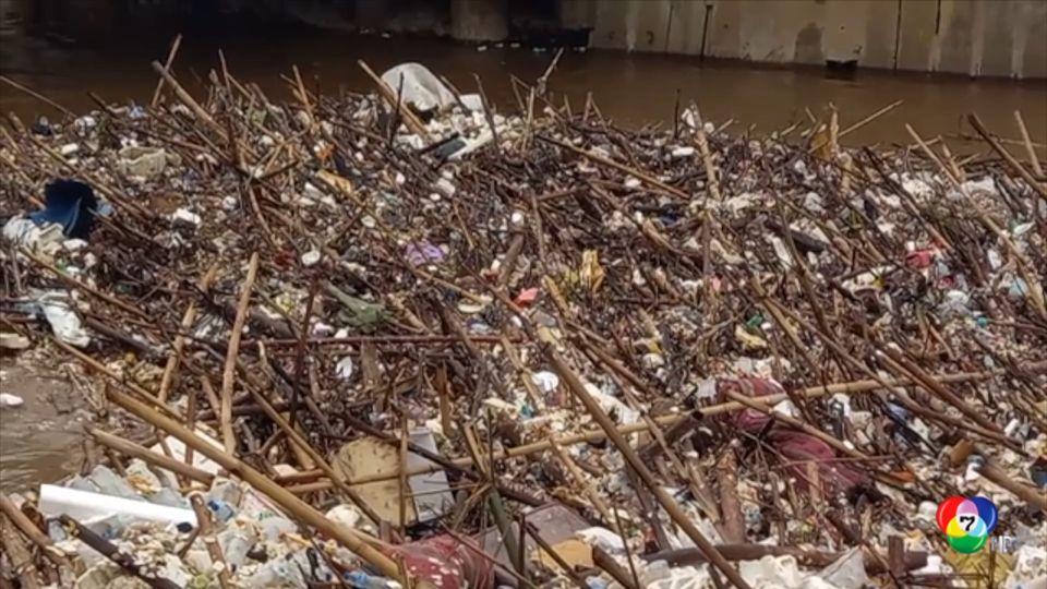 อินโดนีเซียกำจัดขยะหลายร้อยตันปิดกั้นประตูระบายน้ำ