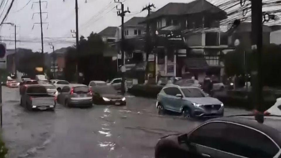 ฝนตกหนัก น้ำท่วมกรุงเทพฯ ชาวกรุงโอดรถติดสาหัส