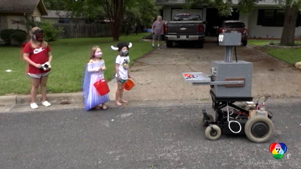 ชายอเมริกันประดิษฐ์หุ่นยนต์แจกขนมเด็กๆ ในช่วงเทศกาลฮาโลวีน