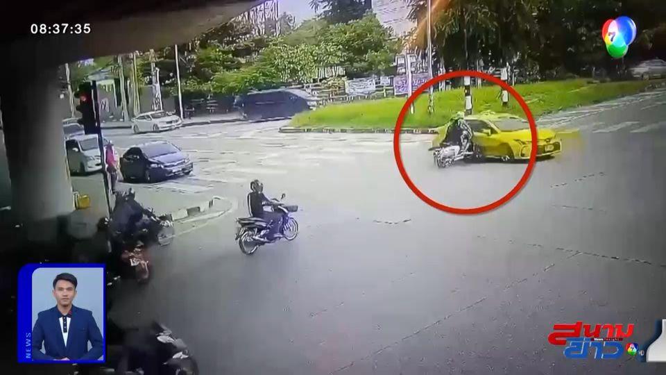 ภาพเป็นข่าว : อย่าหาทำ! จยย.ฝ่าไฟแดง ชนแท็กซี่ล้มกลิ้ง