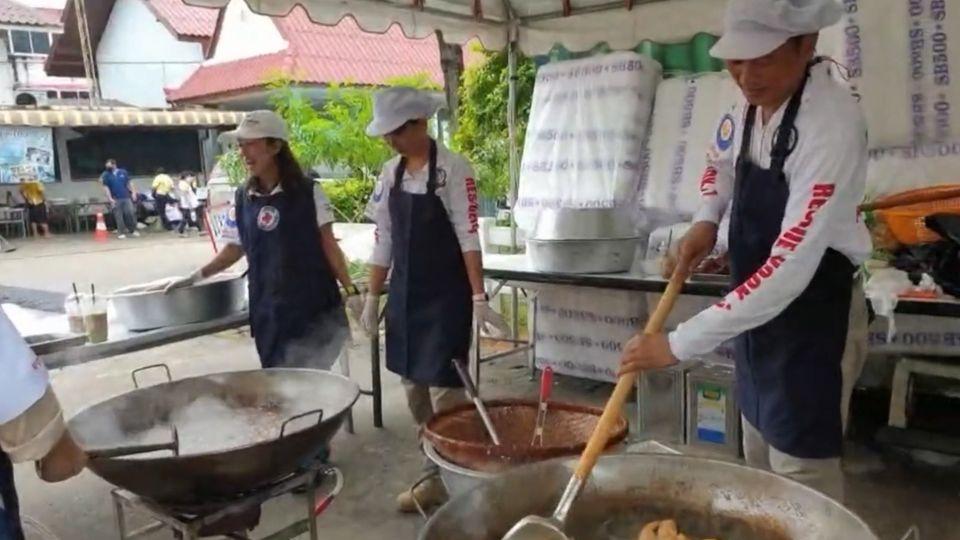 มูลนิธิอาสาเพื่อนพึ่ง ภาฯ ยามยาก สภากาชาดไทย เชิญถุงยังชีพพระราชทานไปมอบแก่ผู้ประสบอุทกภัยในพื้นที่อำเภอปากช่อง จังหวัดนครราชสีมา