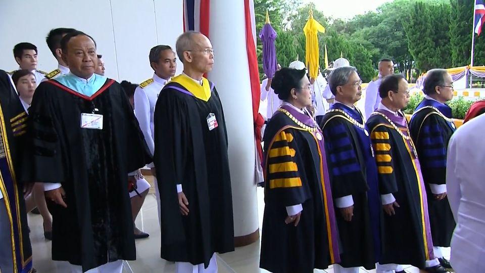 พระบาทสมเด็จพระเจ้าอยู่หัว และสมเด็จพระนางเจ้าฯ พระบรมราชินี พระราชทานปริญญาบัตรแก่ผู้สำเร็จการศึกษาจากมหาวิทยาลัยราชภัฏร้อยเอ็ด และมหาวิทยาลัยราชภัฏบุรีรัมย์ ประจำปีการศึกษา 2559-2560