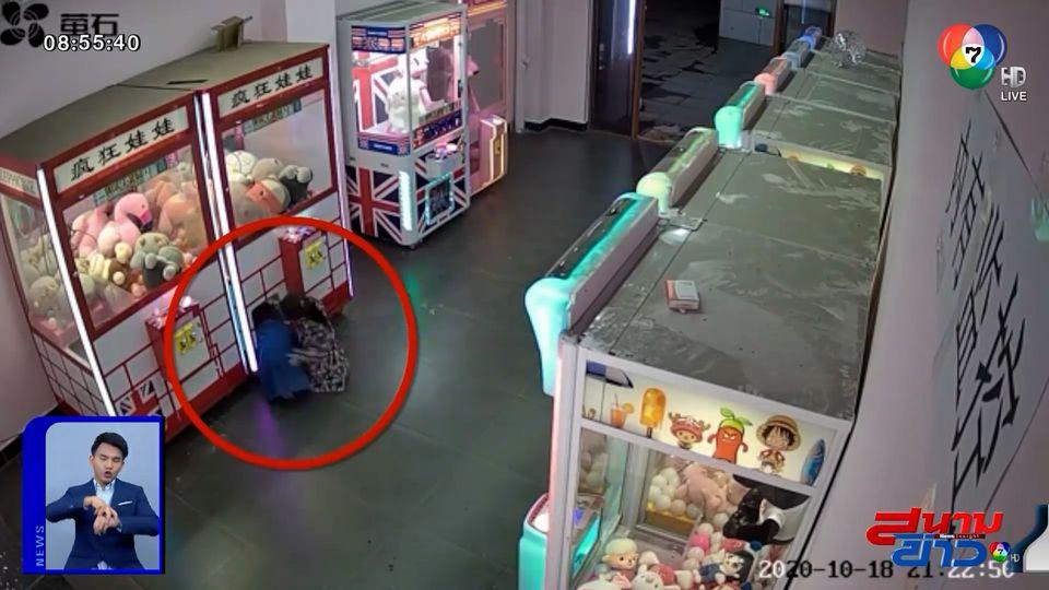 ภาพเป็นข่าว : ความซนเป็นเหตุ เด็กหญิง 4 ขวบ ติดอยู่ในตู้คีบตุ๊กตา