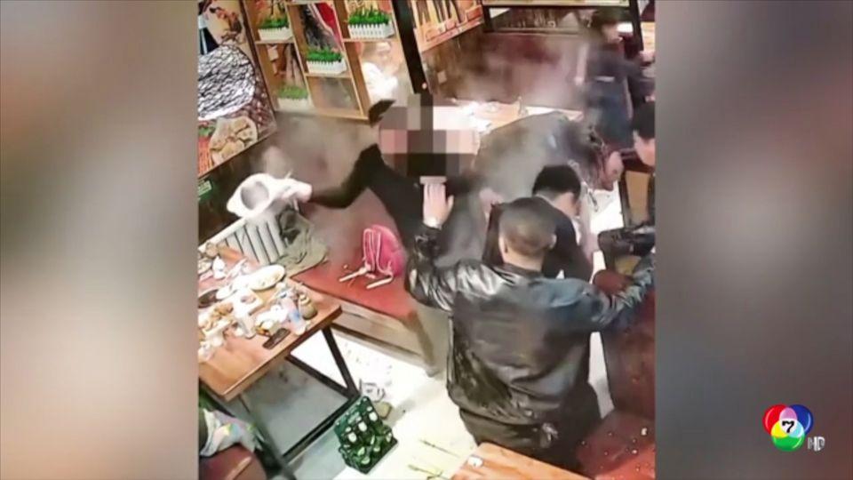 หัวร้อน! ลูกค้าสาดซุปใส่กันในร้านอาหารจีน ไม่พอใจเข้าห้องน้ำนานเกินไป