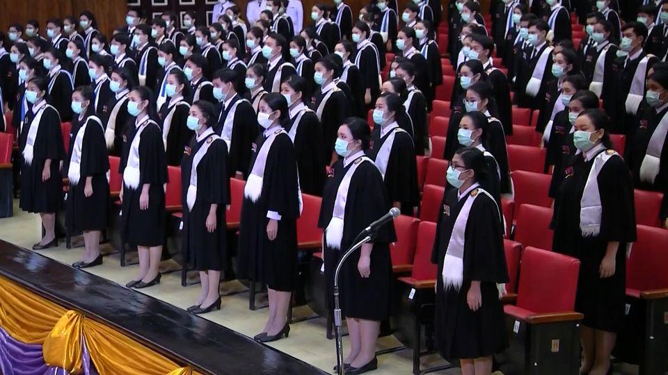 พระบาทสมเด็จพระเจ้าอยู่หัว และสมเด็จพระนางเจ้าฯ พระบรมราชินี พระราชทานปริญญาบัตรแก่ผู้สำเร็จการศึกษาจากมหาวิทยาลัยธรรมศาสตร์ ประจำปีการศึกษา 2561