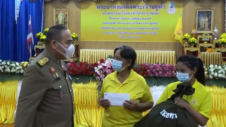 พลเอก กัมปนาท รุดดิษฐ์ องคมนตรี เชิญถุงพระราชทานเครื่องอุปโภคบริโภค ไปมอบแก่ผู้ประสบอุทกภัยในพื้นที่จังหวัดตรัง