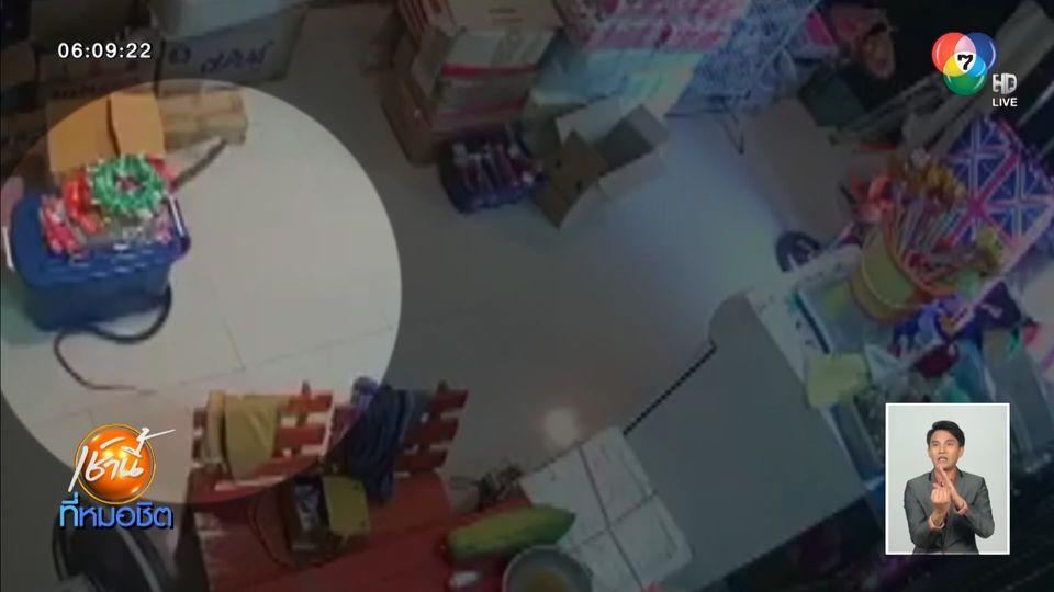 ผวา งูสิงโผล่ร้านขายสินค้าเบ็ดเตล็ดเลื้อยไปมา เรียกกู้ภัยจับ