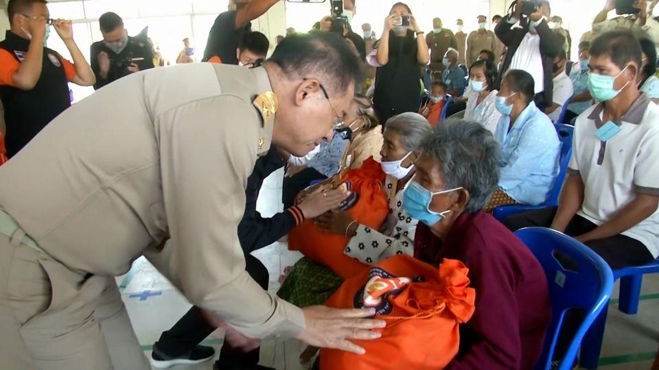 มูลนิธิอาสาเพื่อนพึ่ง ภาฯ ยามยาก สภากาชาดไทย เชิญถุงยังชีพพระราชทานไปมอบแก่ผู้ประสบอุทกภัย ในพื้นที่ตำบลจันอัด อำเภอโนนสูง จังหวัดนครราชสีมา