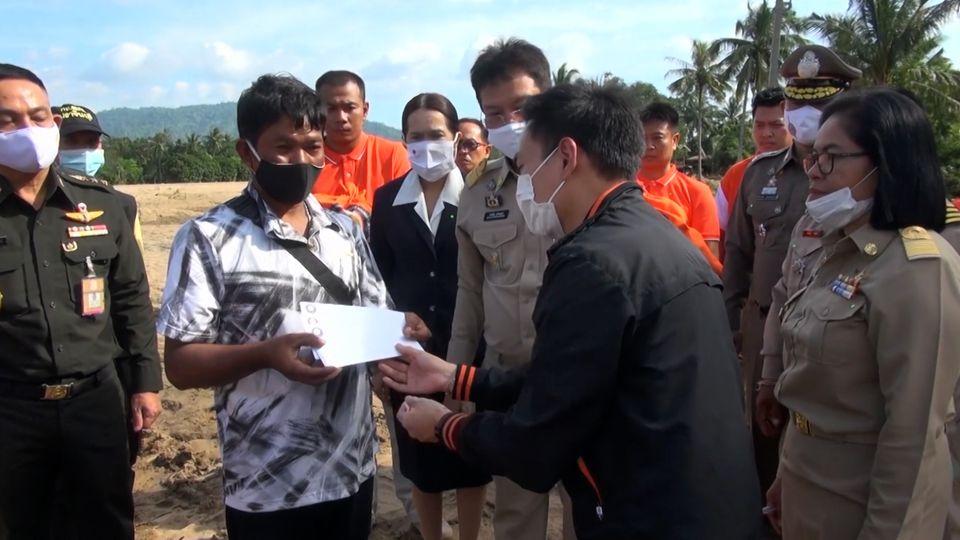 มูลนิธิอาสาเพื่อนพึ่ง ภาฯ ยามยาก สภากาชาดไทย เชิญถุงยังชีพพระราชทานไปถวายแด่พระสงฆ์ และมอบแก่ผู้ประสบอุทกภัยที่จังหวัดปราจีนบุรี