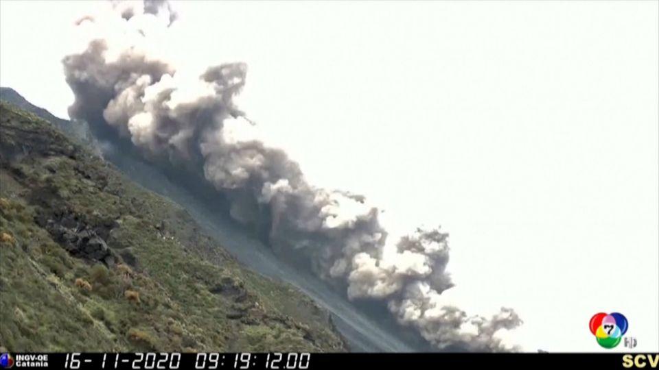 ภูเขาไฟสตรอมโบลีปะทุ ส่งผลให้เถ้าถ่านลอยปกคลุมท้องฟ้าจำนวนมาก