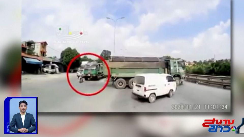 ภาพเป็นข่าว : รถ จยย.ตัดหน้ารถบรรทุก ถูกชนเข้าใต้ท้องรถ
