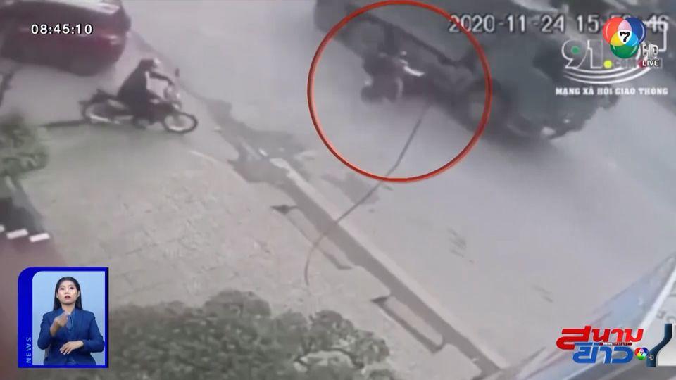 ภาพเป็นข่าว : นาทีชีวิต เด็กนักเรียนซ้อน 3 ออกจากซอย พุ่งชนรถบรรทุก บาดเจ็บ