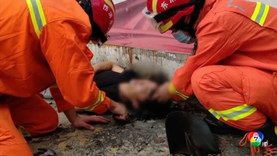 อุทาหรณ์! กู้ภัยเร่งช่วยชายจีนเมาสุรา นอนทับยางมะตอย
