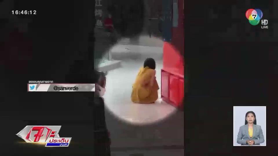 เผยภาพสาวชาวปักกิ่งนั่งทรุดปล่อยโฮกลางห้างฯ หลังรู้ผลติดเชื้อโควิด-19