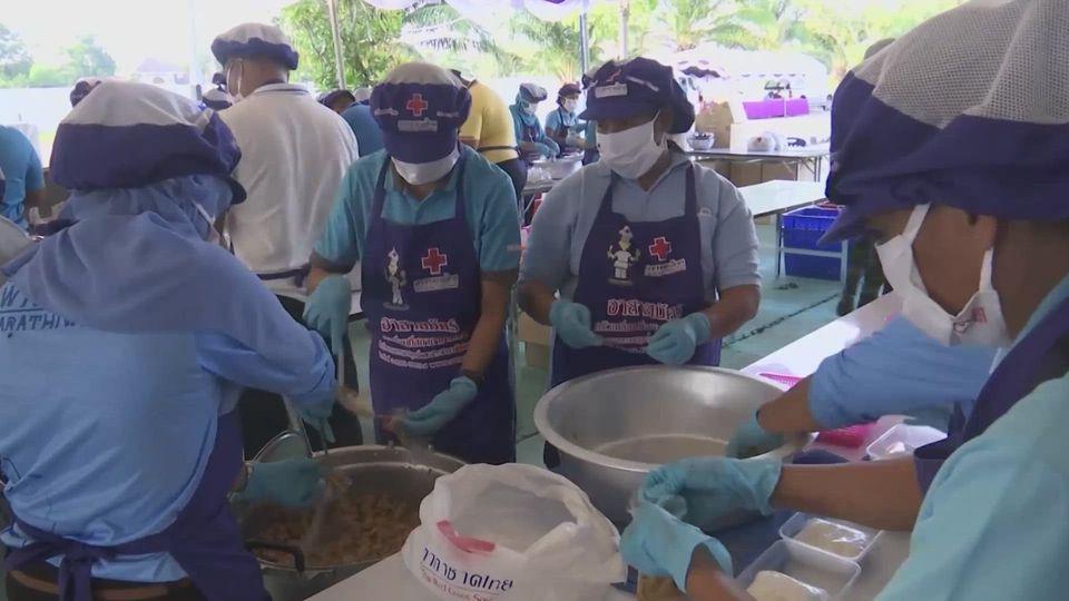 ครัวพระราชทาน อุปนายิกาผู้อำนวยการสภากาชาดไทย ประกอบอาหารปรุงสุกใหม่ เพื่อมอบแก่ประชาชนในพื้นที่จังหวัดนราธิวาส