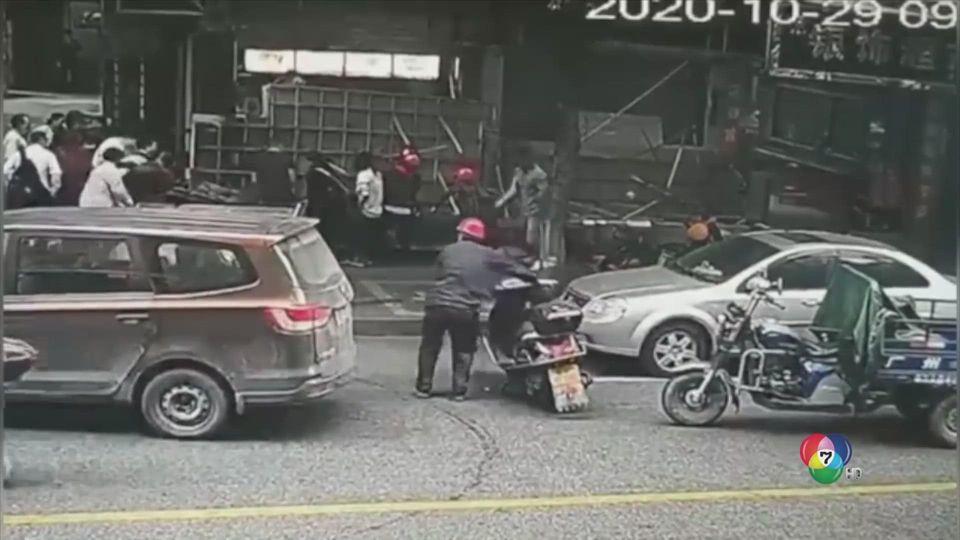 ช่วยหญิงชราถูกป้ายหล่นทับในจีน