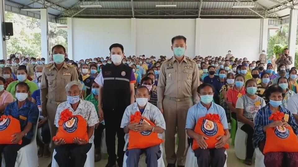 มูลนิธิอาสาเพื่อนพึ่ง ภาฯ ยามยาก สภากาชาดไทย เชิญถุงยังชีพพระราชทานไปมอบแก่ผู้ประสบอุทกภัย ในพื้นที่อำเภอโนนสูง จังหวัดนครราชสีมา