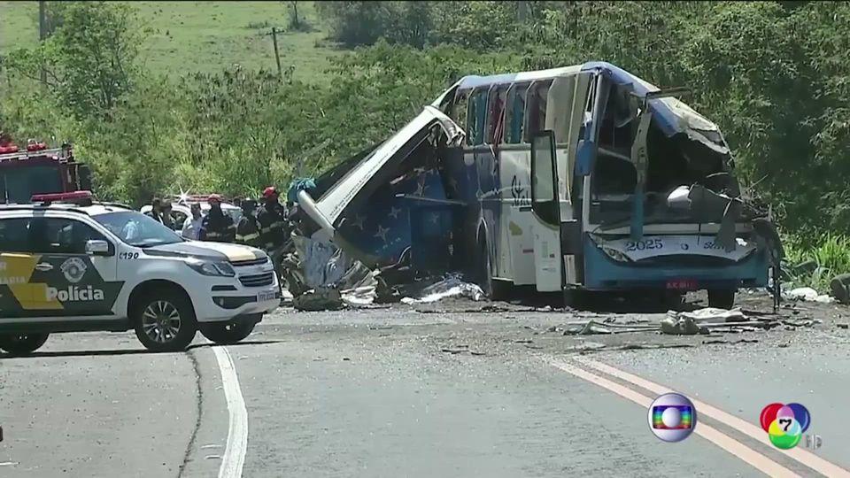รถโดยสารพุ่งชนรถบรรทุกในบราซิล เสียชีวิต 40 คน