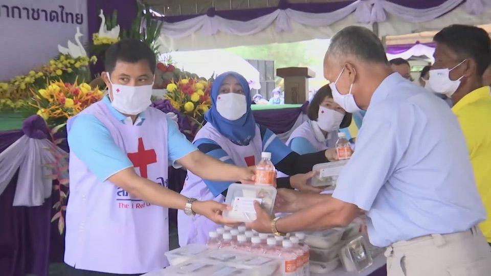 ครัวพระราชทาน อุปนายิกาผู้อำนวยการสภากาชาดไทย มอบอาหารพระราชทานแก่ประชาชนในจังหวัดนราธิวาส เป็นวันที่ 6