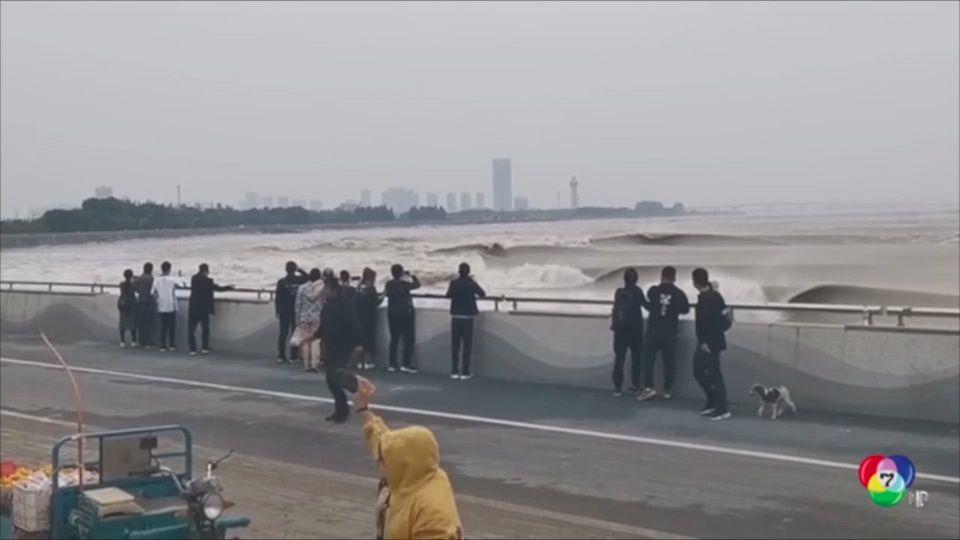 นักท่องเที่ยววิ่งหนีคลื่นสูงในแม่น้ำเฉียนถัง ของจีน