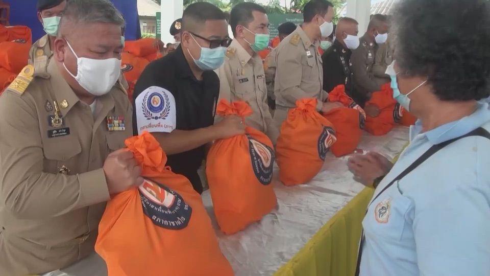มูลนิธิอาสาเพื่อนพึ่ง ภาฯ ยามยาก สภากาชาดไทย เชิญถุงยังชีพพระราชทานไปมอบแก่ผู้ประสบอุทกภัย ที่จังหวัดพะเยา