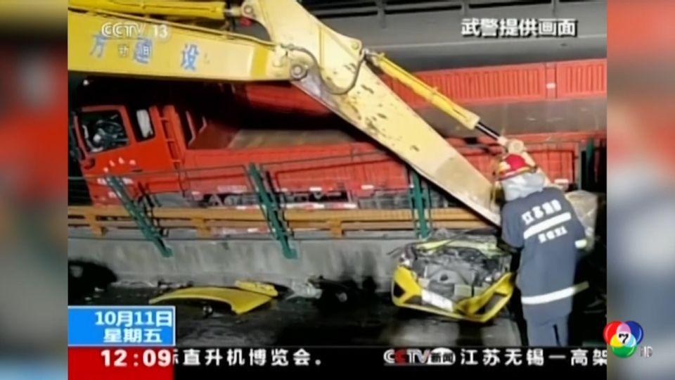 เกิดเหตุสะพานลอยถล่มลงมาทับรถยนต์ด้านล่างในจีน