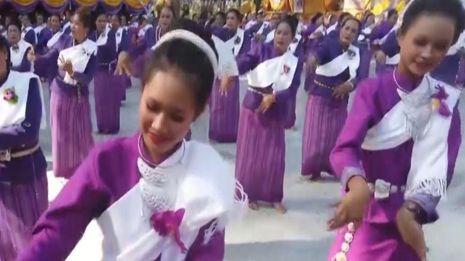 กลุ่มสตรีกว่า 300 คนฟ้อนรำบวงสรวงองค์พระธาตุพนมจำลอง