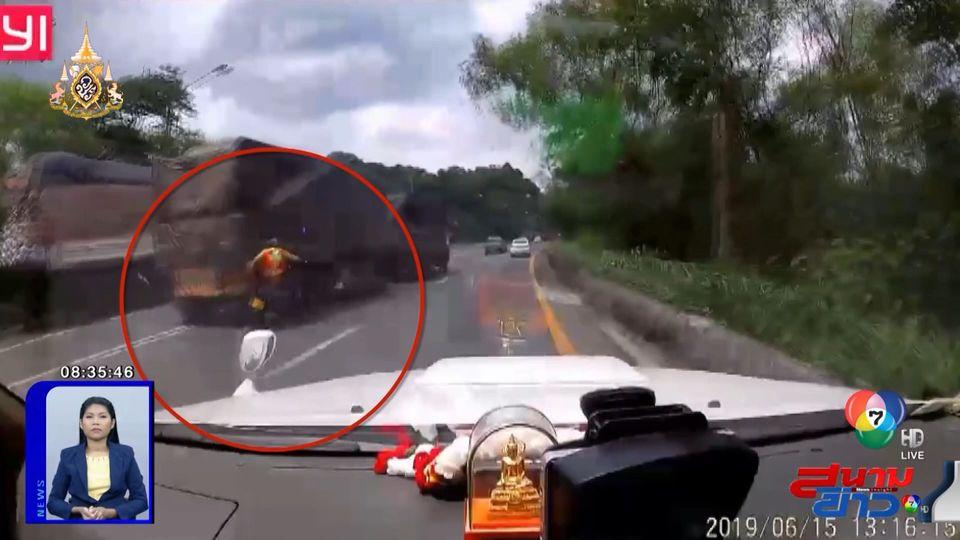 ภาพเป็นข่าว : นาทีเฉียดตาย! หนุ่มวิน จยย. ชนท้ายรถบรรทุกพ่วง เสียหลักล้ม