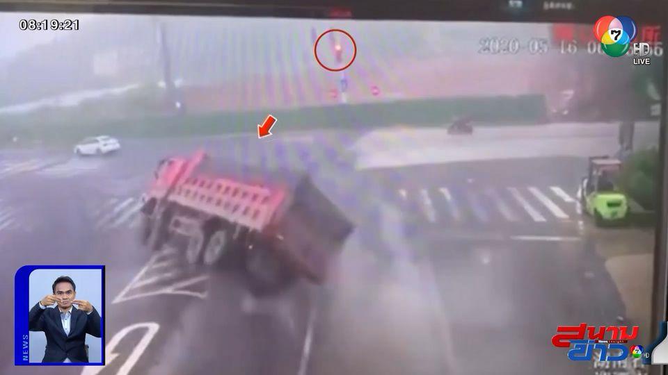 ภาพเป็นข่าว : ระทึก! เหตุไม่คาดฝัน รถบรรทุกเบรกกะทันหัน เสียหลักทับรถเก๋งแบนทั้งคัน