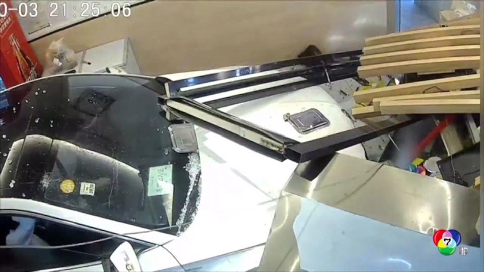 อุบัติเหตุรถยนต์พุ่งชนร้านอาหารที่จีน พนักงานเจ็บ 2 คน
