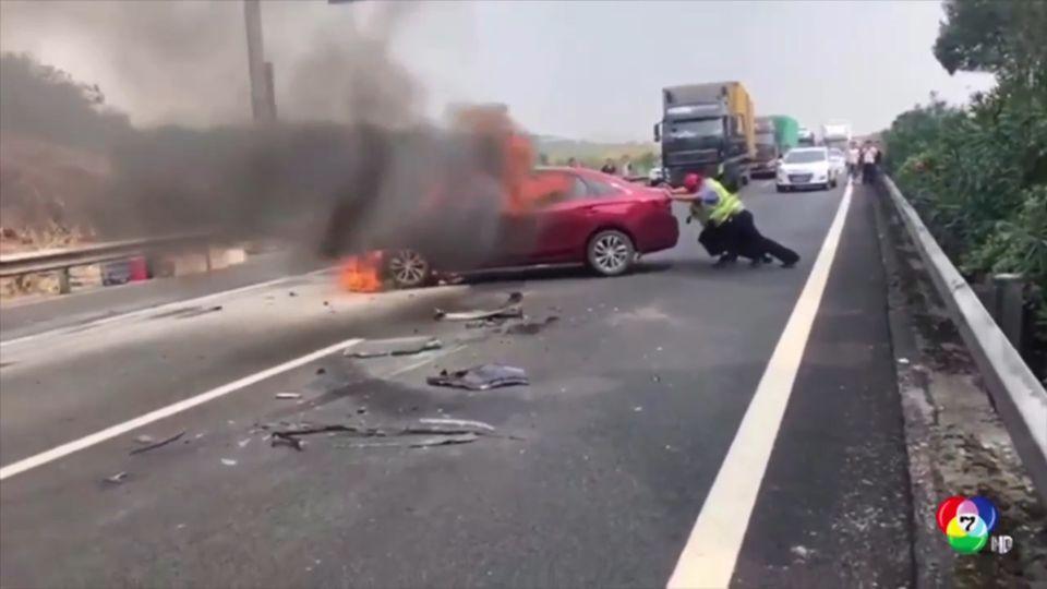 เจ้าหน้าที่ตำรวจเข็นรถเพลิงไหม้ที่จีน เคราะห์ดีไม่มีเจ็บ