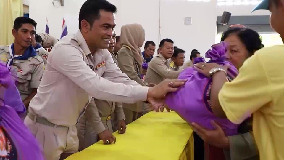 มูลนิธิอาสาเพื่อนพึ่งภาฯ ยามยาก สภากาชาดไทย เชิญถุงยังชีพพระราชทานไปมอบแก่ผู้ประสบอุทกภัย ในพื้นที่อำเภอยี่งอ จังหวัดนราธิวาส