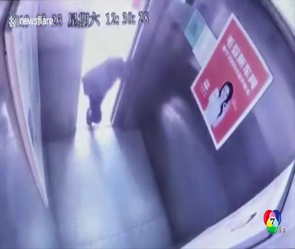 หญิงชราจีนสะดุดล้มรอดถูกลิฟต์หนีบหวุดหวิด