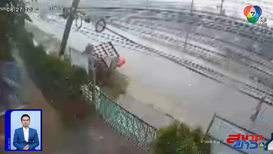 ภาพเป็นข่าว : ระทึก! ฝนตกถนนลื่น รถกระบะพุ่งชนเสาไฟฟ้าริมถนนอย่างจัง