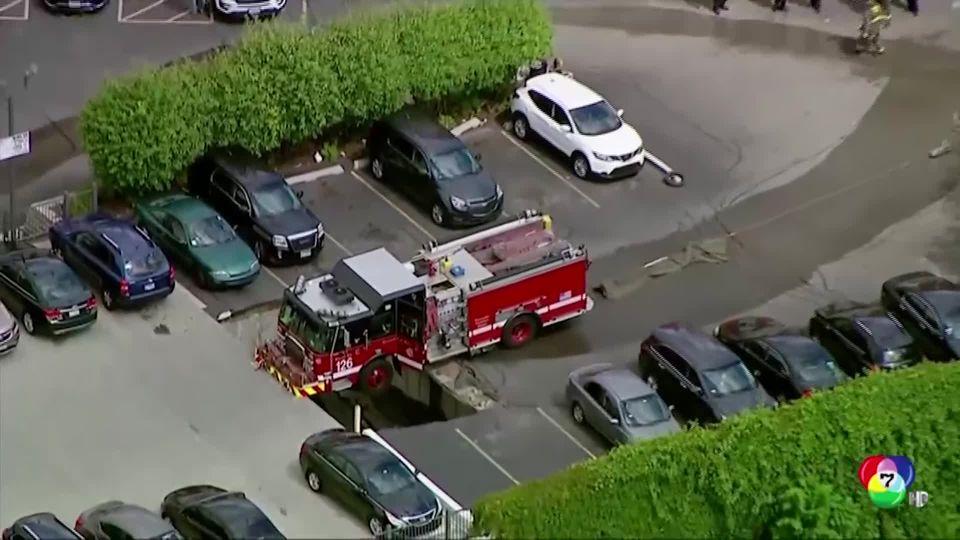 เกิดหลุมยุบที่ลานจอดรถในสหรัฐฯ เร่งกู้รถดับเพลิงติดคาหลุม