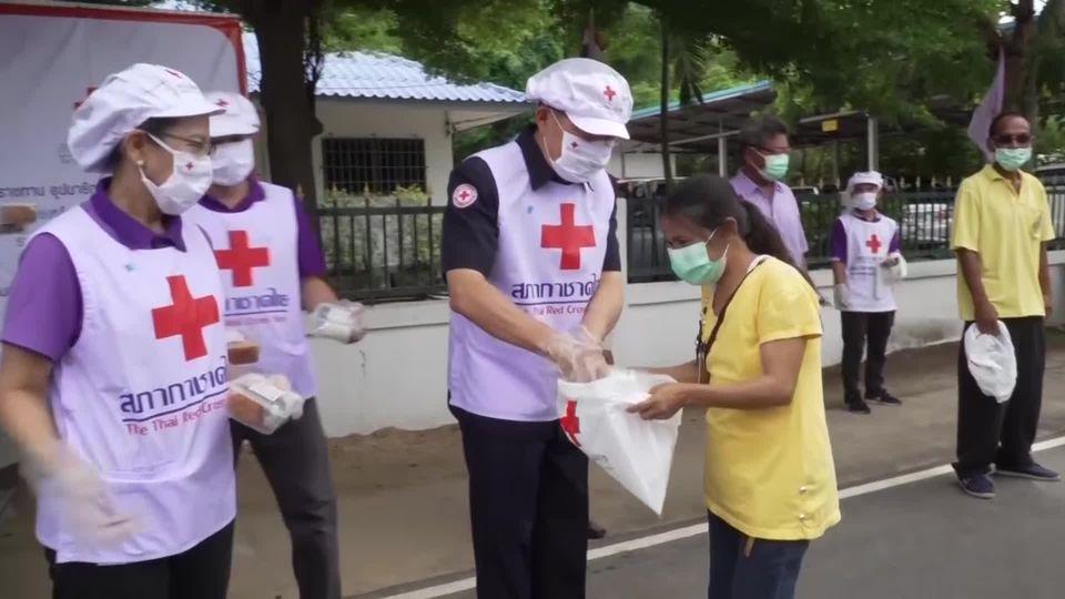 สภากาชาดไทย มอบอาหารพระราชทานแก่ประชาชนที่ได้รับผลกระทบจากการแพร่ระบาดของโรคโควิด-19 ที่จังหวัดขอนแก่น