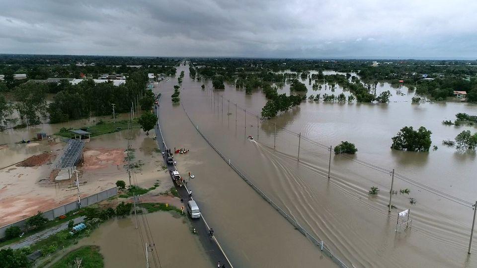 น้ำท่วมอ.บ้านไผ่ ถนนมิตรภาพรถผ่านไม่ได้