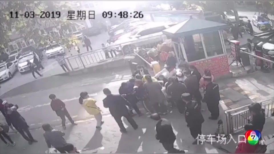 ชุลมุน! หญิงจีนทนไม่ไหว คลอดลูกหน้าประตูโรงพยาบาล